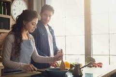 Gelukkig paar die gezond diner samen koken royalty-vrije stock fotografie
