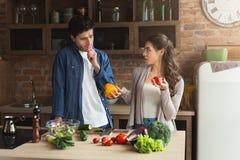 Gelukkig paar die gezond voedsel samen koken royalty-vrije stock foto