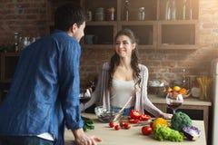 Gelukkig paar die gezond voedsel samen koken stock foto