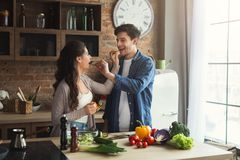 Gelukkig paar die gezond voedsel samen koken stock afbeeldingen