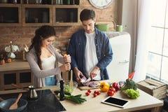 Gelukkig paar die gezond voedsel samen koken royalty-vrije stock afbeelding