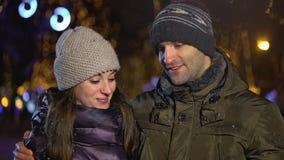 Gelukkig paar die hartvorm met handen maken die romantische verplichting gesturing die houdend van verhouding genieten van stock video