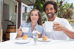 Gelukkig paar die koffie hebben samen Stock Afbeeldingen
