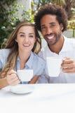 Gelukkig paar die koffie hebben samen Stock Foto's