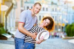 Gelukkig paar die in liefde bij stad koesteren Royalty-vrije Stock Afbeeldingen