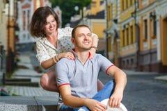 Gelukkig paar die in liefde bij stad koesteren Stock Foto