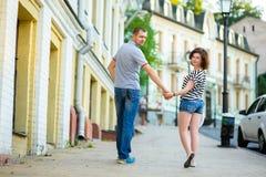 Gelukkig paar die in liefde bij stad lopen Stock Fotografie