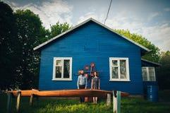 Gelukkig paar die in liefde dichtbij huis genieten van stock fotografie
