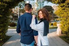 Gelukkig paar die in liefde in het park lopen Royalty-vrije Stock Fotografie
