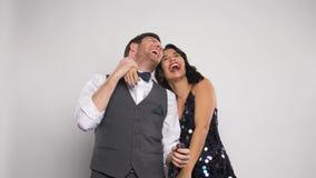 Gelukkig paar die met partijpopcornpannen pret hebben stock videobeelden