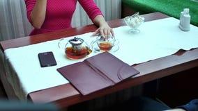 Gelukkig paar die met portefeuille rekening betalen bij restaurant met dollarcontant geld stock footage