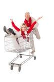 Gelukkig paar die ongeveer in het winkelen karretje knoeien Stock Afbeeldingen