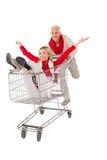 Gelukkig paar die ongeveer in het winkelen karretje knoeien Stock Foto