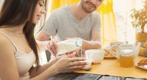 Gelukkig paar die ontbijt samen in keuken hebben stock foto's