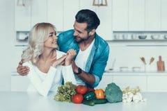 Gelukkig paar die ontbijt samen in keuken voorbereiden stock fotografie