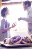 Gelukkig paar die ontbijt van donuts en koffie in mornin hebben Stock Fotografie