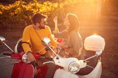 Gelukkig paar die op autoped weg van reis genieten stock afbeelding