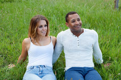 Gelukkig paar die op het gras in het gebied liggen Royalty-vrije Stock Foto's