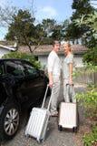 Gelukkig paar die op middelbare leeftijd naar huis van reis terugkomen Stock Foto's