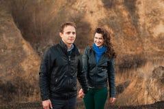 Gelukkig paar die in openlucht in de bergen glimlachen Stock Fotografie