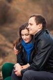 Gelukkig paar die in openlucht in de bergen glimlachen Stock Afbeelding