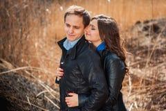 Gelukkig paar die in openlucht in de bergen glimlachen Stock Afbeeldingen