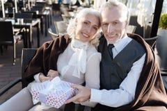 Gelukkig paar die positiviteit uitdrukken terwijl vooruit het kijken Stock Foto's