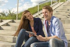 Gelukkig paar die pret met tabletpc hebben Stock Foto's