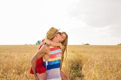 Gelukkig Paar die Pret in openlucht op gebied hebben Het concept van de vrijheid piggyback stock afbeeldingen