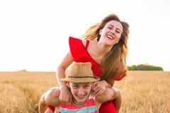 Gelukkig Paar die Pret in openlucht op gebied hebben Het concept van de vrijheid piggyback royalty-vrije stock afbeeldingen