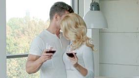 Gelukkig Paar die Rode Wijn drinken om te vieren stock videobeelden