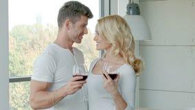 Gelukkig Paar die Rode Wijn drinken om te vieren stock video
