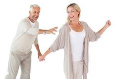 Gelukkig paar die samen knoeien over Stock Foto's