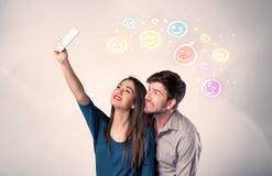 Gelukkig paar die selfie met smiley nemen Stock Afbeeldingen