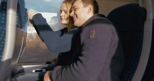 Gelukkig Paar die Selfie op Trein nemen stock videobeelden