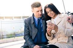 Gelukkig paar die smartphone samen gebruiken Royalty-vrije Stock Foto's