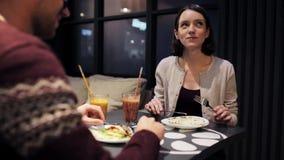 Gelukkig paar die van diner genieten bij veganistrestaurant stock videobeelden