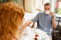 Gelukkig paar die van een koffie genieten bij de koffiewinkel Royalty-vrije Stock Afbeeldingen