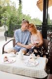 Gelukkig paar die van een koffie genieten bij de koffiewinkel Royalty-vrije Stock Foto's
