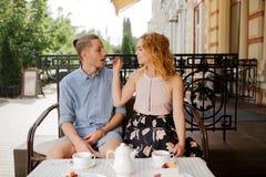 Gelukkig paar die van een koffie genieten bij de koffiewinkel Stock Foto's