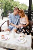 Gelukkig paar die van een koffie genieten bij de koffiewinkel Stock Afbeeldingen