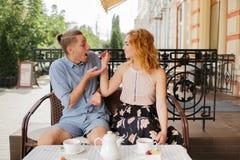 Gelukkig paar die van een koffie genieten bij de koffiewinkel Royalty-vrije Stock Afbeelding