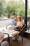 Gelukkig paar die van een koffie genieten bij de koffiewinkel Stock Foto