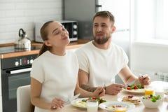 Gelukkig paar die van heerlijk ontbijt thuis genieten stock fotografie