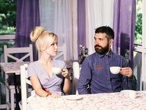 Gelukkig paar die van koffie genieten bij de koffiewinkel stock foto's
