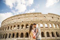 Gelukkig paar die voor Colosseum in Rome, Italië koesteren royalty-vrije stock afbeelding
