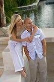 Gelukkig paar door de pool Royalty-vrije Stock Afbeelding