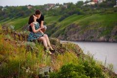 Gelukkig paar door de rivier Stock Foto