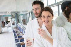 Gelukkig paar in een badjas in een kuuroordcentrum royalty-vrije stock afbeelding