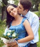 Gelukkig paar in een kus en omhelzings romantisch ogenblik Royalty-vrije Stock Foto